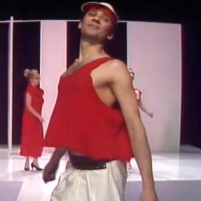 Kuvakaappaus Velipuolikuun 1980-luvun muotinäytös -sketsistä