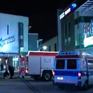 Ambulansseja ja paloauto Myyrmannin kauppakeskuksen pihalla 11.10.2002