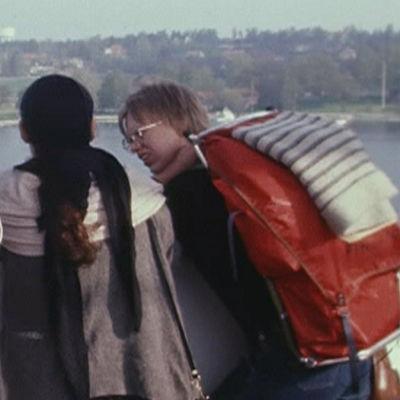 Kolme nuorta laivan kannella, kahdella rinkat selässä, ohjelmasta ANNA PALAA 17 (1984)
