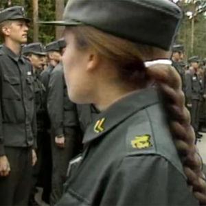 Uutiskuvaa naisista armeijassa, alareunassa Elisabeth Rehnin kuva