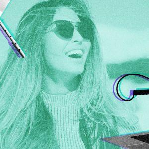 Iloinen nainen aurinkolasit päässä katsoo nauraen yläviistoon