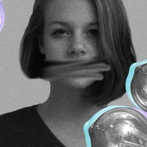 Nainen mustavalkoisessa kuvassa, kuvassa suu sutattu