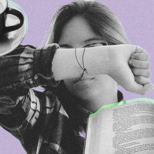 Nainen peittää kädellä kasvonsa