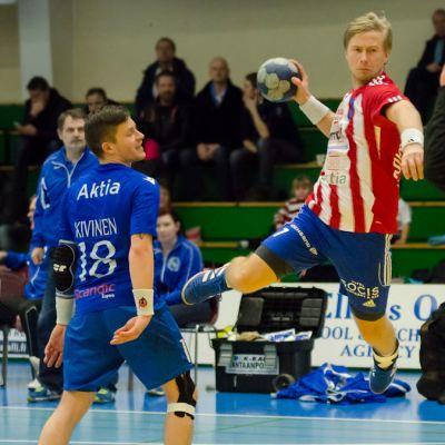 BK:s Robin Karlsson skjuter ett av sina mål på Atlasmålvakten Tuomas Laitinen.