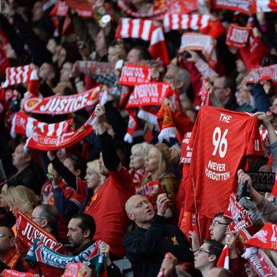 Ihmisiä Hillsborough'n katsomo-onnettomuuden muistotilaisuudessa Liverpoolin kotistadionilla.