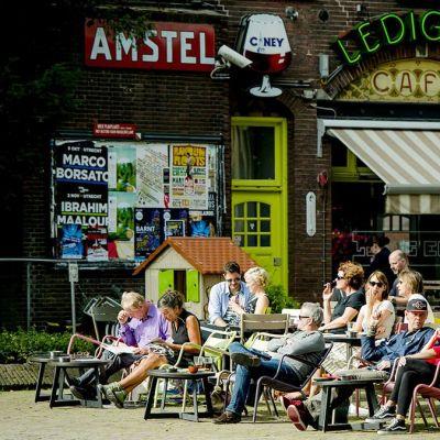 Ihmiset nauttivat lämpimästä säästä Utrechtin keskustassa