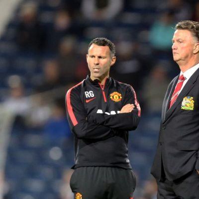 Manchester Unitedin manageri Louis van Gaal (oik.) ja avustava manageri Ryan Giggs (vas.) seisovat kentän laidalla.