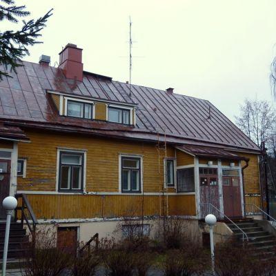 Pitkäaikaisasunnottomien Sateenkaaritalo-asumisyksikkö Kuopion Linnanpellolla.