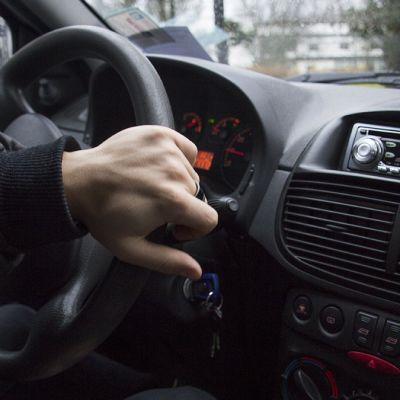 Autoilija kääntää rattia