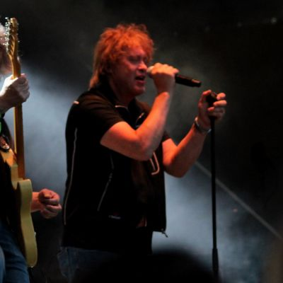 Juha Torvinen vääntää kitaraa ja Martti Syrjä tulkitsee