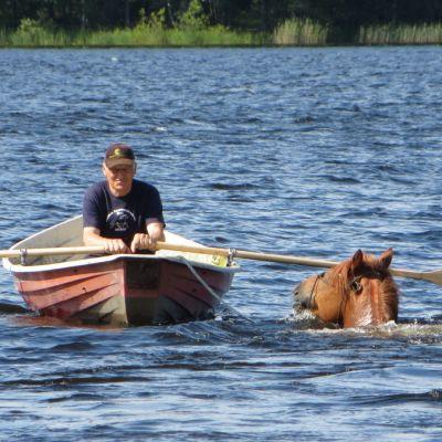 Kilparavuri Camri harjoittelee Puruveden aalloissa valmentaja Jorma Konnun johdolla.