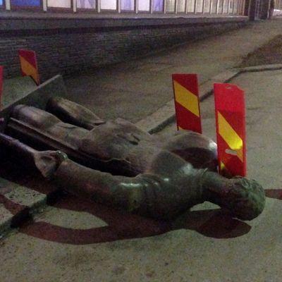 Patsas kaadettuna ja liikennemerkein eristettynä öisellä kadulla
