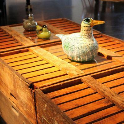 Lasisia lintuja puulaatikoiden päällä
