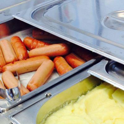 Uunimakkaraa ja perunamuusia koulun ruokalassa