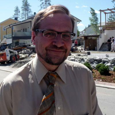 Petteri Paronen seisoo asuntomessualueella.