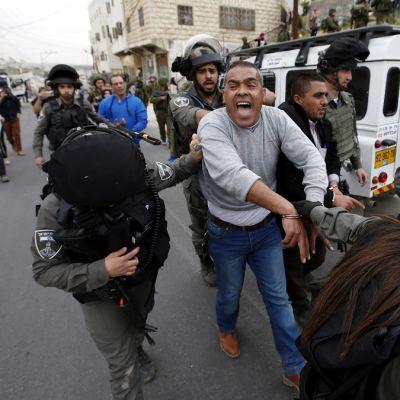 Israelin armejan rajavalvojat pidättivät palestiinalaisia mielenosoittajia Kiryat Arba -siirtokunnan lähellä Länsirannalla 30. maaliskuuta.