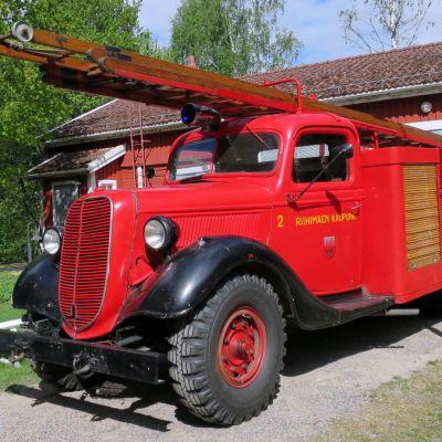Vanha paloauto ajettuna ulos tallista