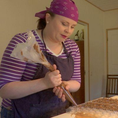 Riikka Ojanen valmistaa suklaakonvehteja keittiössään