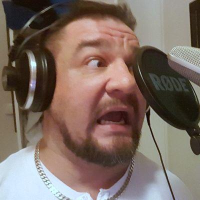 Mies dubbaa omaaesiintymistää äänitysstudiossa.
