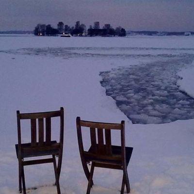 Kaksi tuolia jäällä