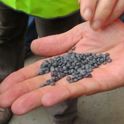 pieniä harmaita muovisia tablettejä miehen kämmenellä