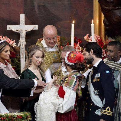 Kummit siunaavat prinssi Gabrielin.