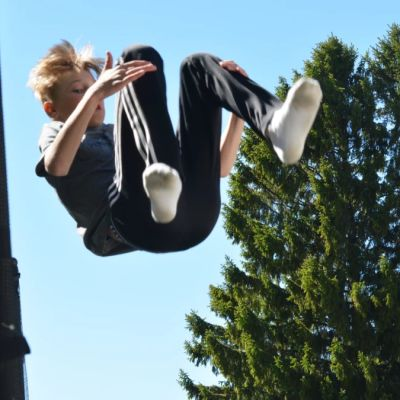 Adam Nyholm hyppäämässä trampoliinilla