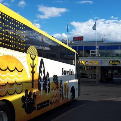Bussi Kouvolan rautatieaseman edessä