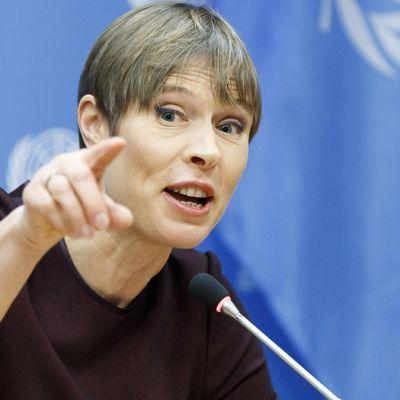 Kersti Kaljulaid osoittaa sormellaan seuraavan kysymyksen esittäjää. Taustalla YK:n logo.