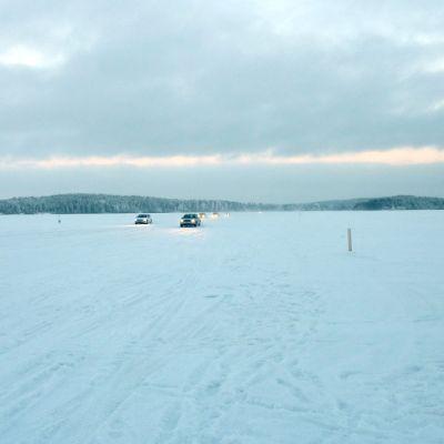 Henkilöautoliikennettä Vaajasalon jäätiellä Kuopiossa