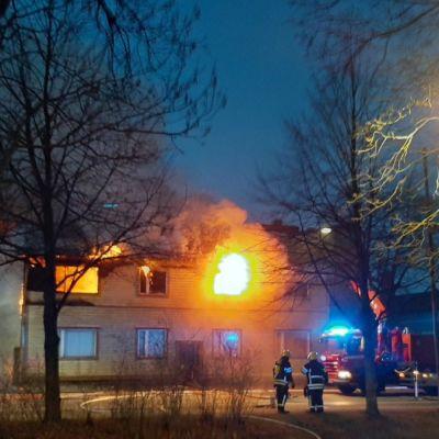 Vanha rakennus tulessa Porvoon keskustassa.