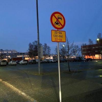 Liikennemerkki, kielto, nuorisoralli