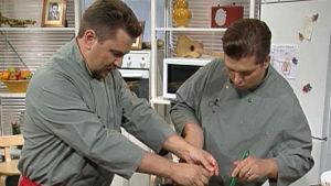Janne Pekkala ja Timo Nykyri valmistavat ruokaa makupaloissa 2001.