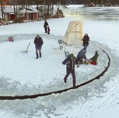 Människor står på en roterande cirkel i isen.