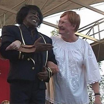 Tarja Halonen James Brownin kanssa Pori Jazzin lavalla kesällä 2015