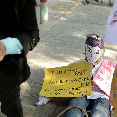 Ihmiset osoittivat mieltään Delhissä tapahtuneen joukkoraiskauksen johdosta.