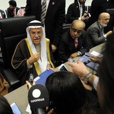 Saudi-Arabian edustaja Ali I. Naimi puhuu toimittajille ennen Opecin kokouksen alkua Wienissä