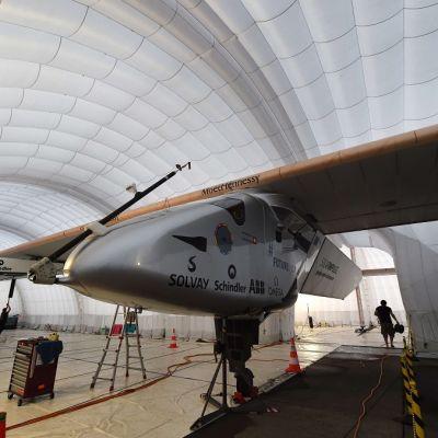 Solar Impulse 2 -lentokone siirrettävässä lentokonehallissa Nagoyan lentokentällä.