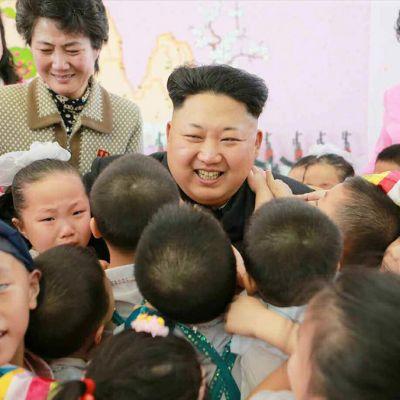 Pohjois-Korean johtaja Kim Jong-un kiertueella orpokodissa 2. tammikuuta Pjongjangissa.