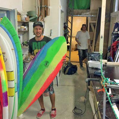 Surffilautojen tekijät Juho Haimakainen ja Pauli Hakala verstaassaan.