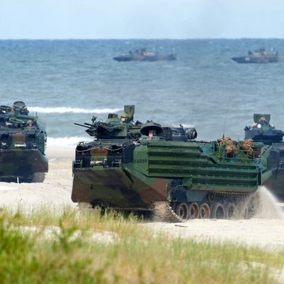 panssarivaunuja rannalla