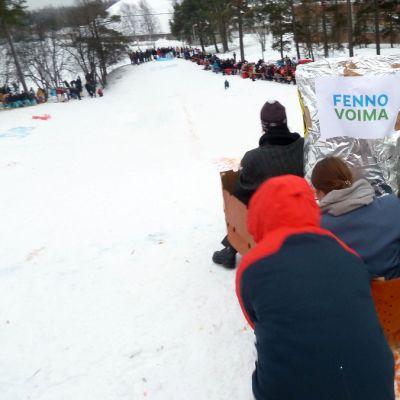 Oulun yliopiston opiskelijat varustavat pulkat myös ajankohtaisilla aiheilla.
