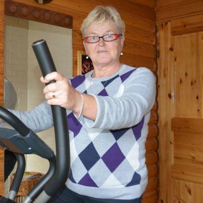 Raija-Liisa Palmi crosstrainer-laitteen selässä.