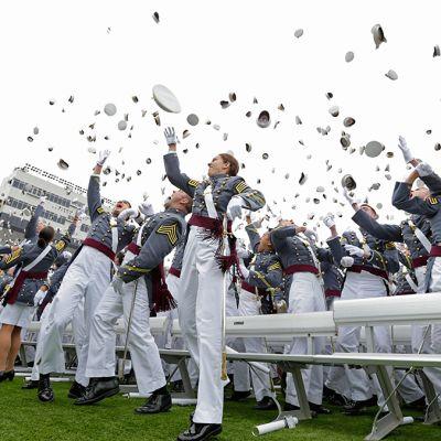 Kadetit heittävät hattunsa ilmaan valmistujaisseremonian päätteeksi West Pointin sotilasakatemiassa 28. toukokuuta 2014.