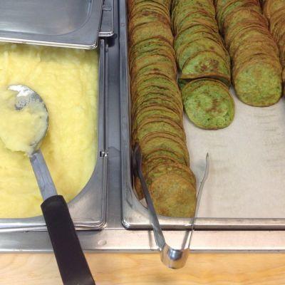 Pinaattilettuja perunaamuusia koulun ruokalassa