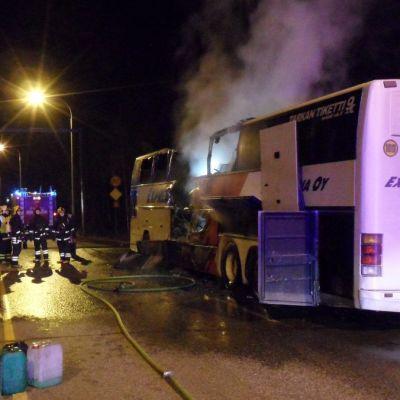Palokunta sammuttaa linja-autopaloa
