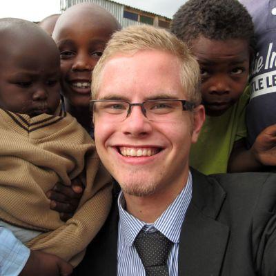 Patrick Tiainen lasten ympäröimänä Narokissa.