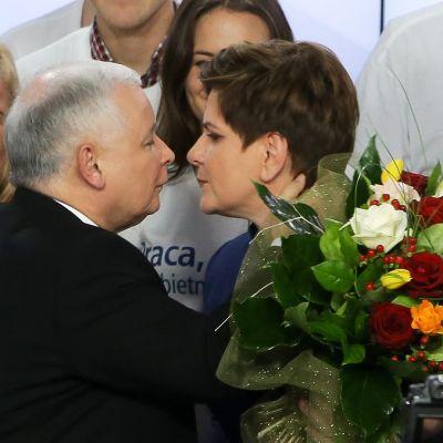 Laki ja oikeus -puolueen puheenjohtaja Jarosław Kaczyński antaa onnittelusuudelman Beata Szydłoalle.