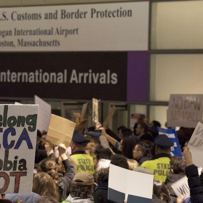 Mielenosoittajia lentokentällä.