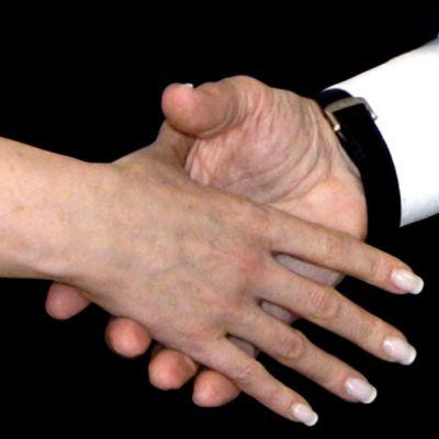 Nainen ja mies kättelevät